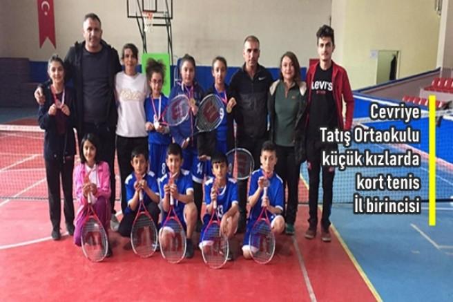 Cevriye Tatış Ortaokulu küçük kızlarda kort tenis İl birincisi