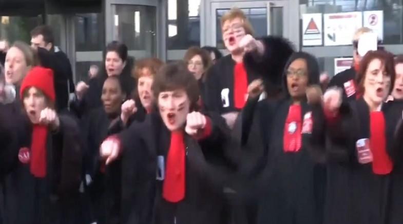 Fransa'da avukatlar, 'emeklilik reformu'nu Haka Dansıyla protesto etti