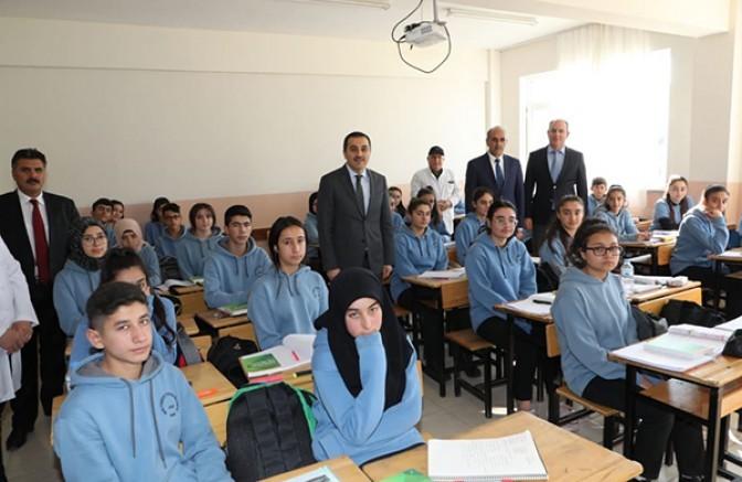 Vali Öksüz, Torunoğulları Sağlık Meslek Lisesi'ni ziyaret etti